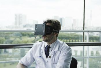 surgeon-wearing-oculus-rift-headset